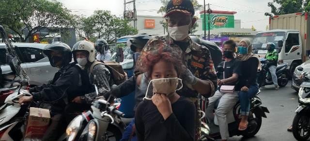 Lagi, Peduli Kemanusiaan Atas Pandemi Covid-19, GP Ansor dan Banser Jaktim Bagikan Masker